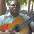 jesu Se gana la vida alegrando la gente en Boca Chica