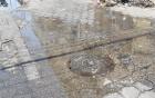 Hoyo con agua cloacal en la Zona Colonial