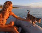 Mujer y gata viven en bote