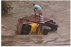 agua Foto   Camión es arrastrado por un río