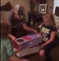 Niña recibe regalo sorpresa