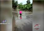 moca Video   Mujer se salva en tablita cruzando río en Moca