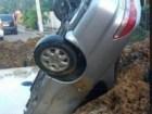 santiago7 Otro carro cae de cabeza en un hoyaso en Santiago