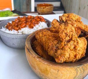 Comida de las 12: Chicharrón de Pollo, arroz y habichuela