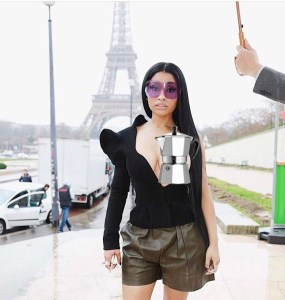 moda loca Nicki Minaj sale con un seno al aire