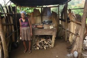doncc83a machecha preparando su desayuno los cerros jima abajo la vega 9 FOTOS   Una comunidad que refleja la paz, la humildad y la belleza del campo Dominicano