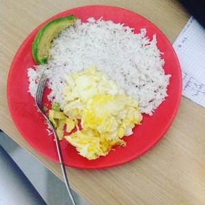 foto de elbecario rd https   www instagram com p bnkns ndpwe  Comida de las 12: Arroz con huevos y aguacate