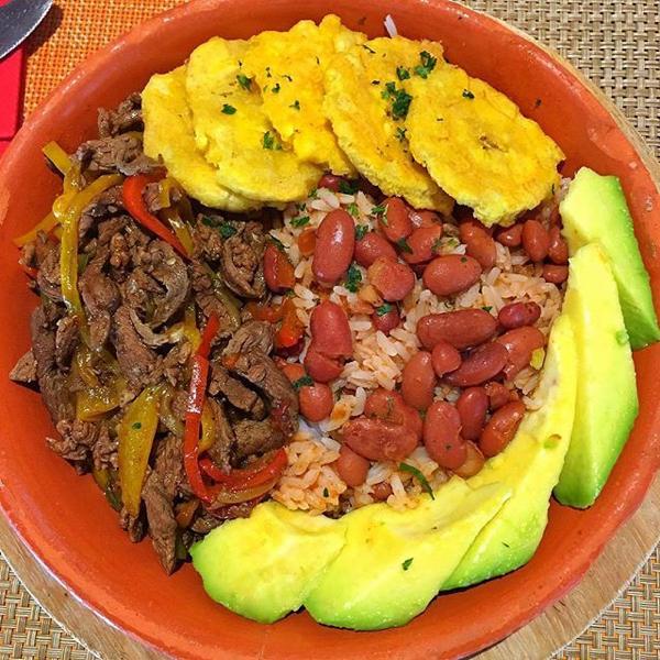 foto por publici4u Comida de las 12: Arroz, habichuela, carne, tostones y aguacate