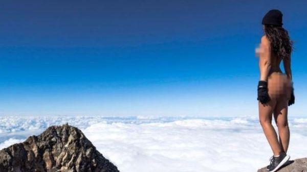 jaylene cook Jeva de Playboy se tira foto encuera en montaña sagrada (foto)