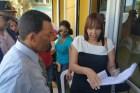 mujer RD: Mujer se encadena en la entrada de un banco