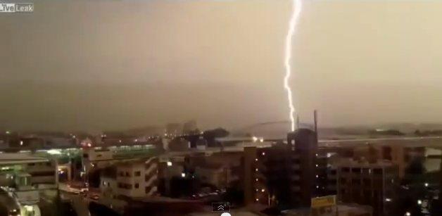 rayo Video   Un rayo le da fuetazo a tren en movimiento [Japón]