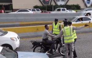 Amets 300x188 Camán ahí!   Amets agarran policías tiguerones (video)