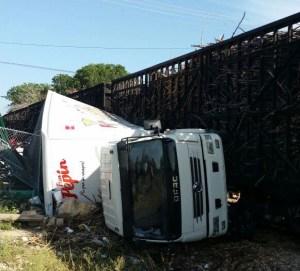 camion la romana 300x271 Tren full de caña impacta un camión en La Romana