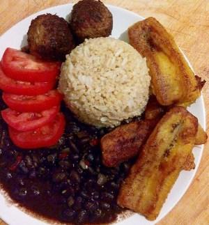 comida 3 300x323 Comida de las 12: Arroz, albondigas, habichuelas negras, tomates y plátano maduro