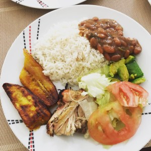 comida 300x300 Comida de las 12: Pollo horneado, arroz, habichuelas, ensalada y plátano maduro