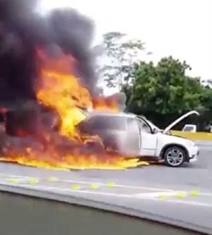 yipeta 2 300x333 Video: Yipeta se incendia en autopista Las Américas