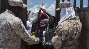 """Haitianos 1 300x165 Relajo en la frontera: """"Yo le pago 50 y 100 pesos al guardia y entro"""""""