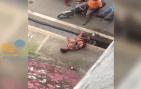 Moca 2 300x190 Mujer cae de un puente seco (video)