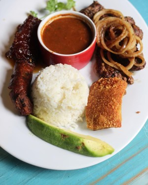 comida 9 300x375 Comida de las 12: Bistec, chicharrón, longaniza, arroz, habichuelas y aguacate