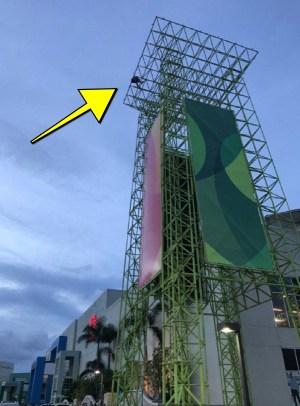 megacentro 1 300x406 Hombre amenaza con lanzarse de la torre de Megacentro: Lo que se sabe
