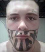 tatuaje 1 150x172 Tipo no encuentra trabajo por tremendo tatuaje