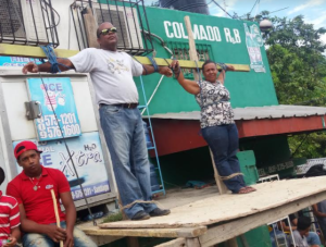 66eb2d00 crucificados 300x227 Doña se crucifica en reclamo de arreglo de calle
