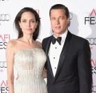 Angelina Jolie 300x292 Angelina quiere volver con su jevo; detiene divorcio
