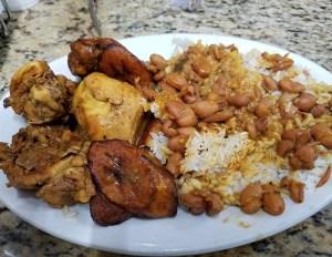 comida 300x232 Comida de las 12: Arroz, habichuelas, pollo y plátano maduro