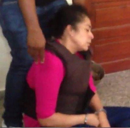 DIrMBVFXcAEu8Av 1 VIDEO   Le entran a pedradas a Marlin Martínez. Su abogado le saca lo pie