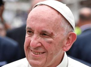 papaaa 300x222 El Papa se golpeó duro en la cara con el papamóvil