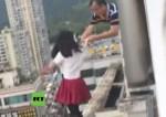 profesor nina 150x106 Video: Profesor salva a su alumna de lanzarse al vacío