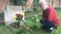 Ann Kear 200x113 Un extraño en la tumba de mi hermano