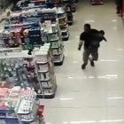 Video: Tipo se lambe a dos asaltantes con su bebé en brazos