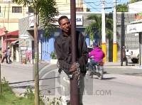 encadenado 200x148 Video: Hombre se encadena frente a gobernación