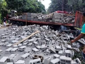 patana 300x225 Patana full de blocks se vira en carretera La Vega Jarabacoa