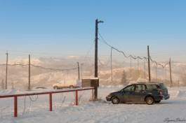这里停车场都有电线垂下来,供不能打火的车辆充电。