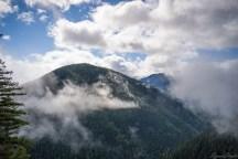 近处山峰从云雾中现出真身