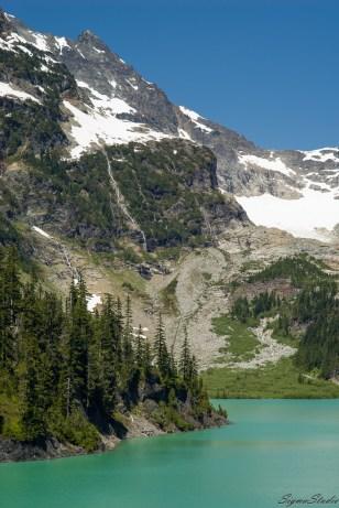 远眺 Columbia Peak 上的瀑布