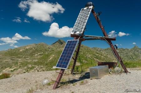 Harry's Ridge 顶部的太阳能板也就是后来我们能将照片对应上的标志。D800 极高的分辨率使得我可以认出它来。
