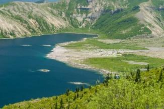 当年火山喷发泥石流极高的速度涌入 Spirit Lake 的印记似乎还在。