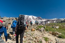 我们同行时常碰到的这队人马背着巨大的登山包,虽然每个人看起来都非常健壮,沉重的行装让他们经常落在我们后面