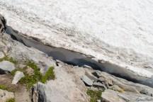这片冰川明显比前面的厚了很多,和岩石接头的地方,深深的看不到底