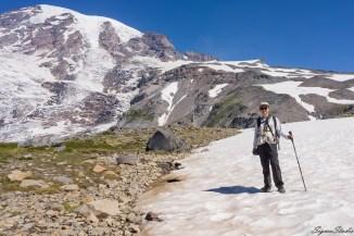在这张照片之前不远有个三岔路口,大概是 Skyline Trail 与前往 Camp Muir 路线的交叉,我们问清路线后向上走了一截就进入到了大片大片的冰川上,这些一片一片的冰川还显得比较平缓,我们可以轻松走过
