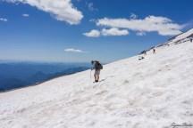我们在休息的时候也看到不少下山的人,有的可能是在山上已经呆了一两天的,有人步行,使用手杖保持平衡,也有人直接坐滑滑梯
