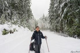 走到这个看起来像是公路的地方,由于没有上方树木的遮挡,积雪已经接近膝盖深,我们沿着前面的脚印向前进入最后一段 trail。