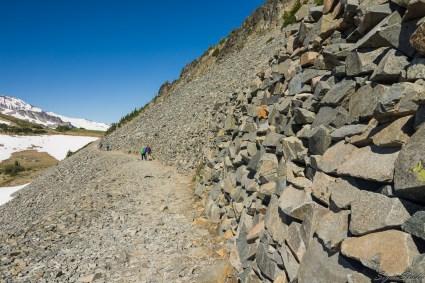 这一段 trail 依托碎石山,不少 worker 在这里维护 trail,也许不久前发生过崩塌。