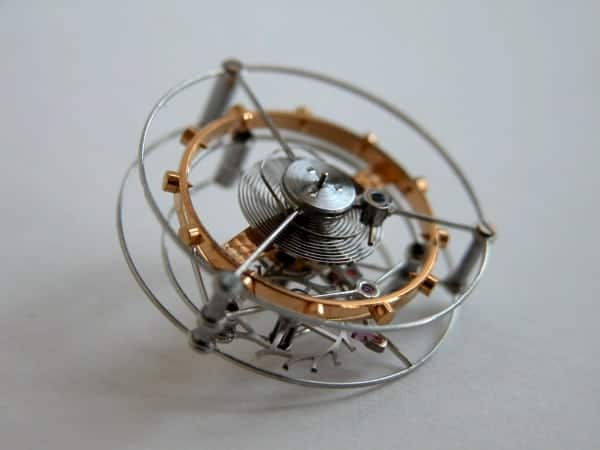 Сглобен турбильон - виждат се балансът, спиралата, анкерът и анкерното колело, монтирани във въртящата се клетка