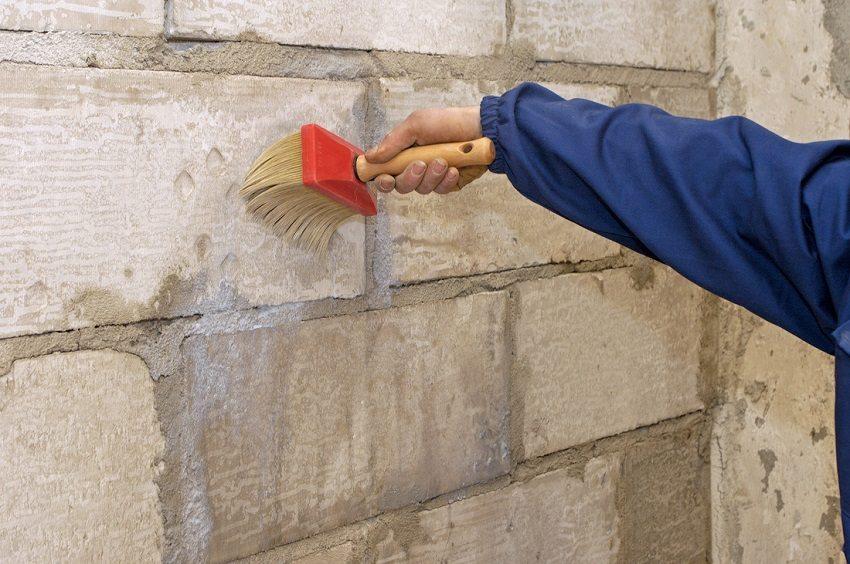 Isı yalıtımı altında duvarların yüzeyinin yüksek kaliteli hazırlanmasından, tuğla evin duvarının dışarıda nasıl yalıtıldığına bağlı olacaktır.