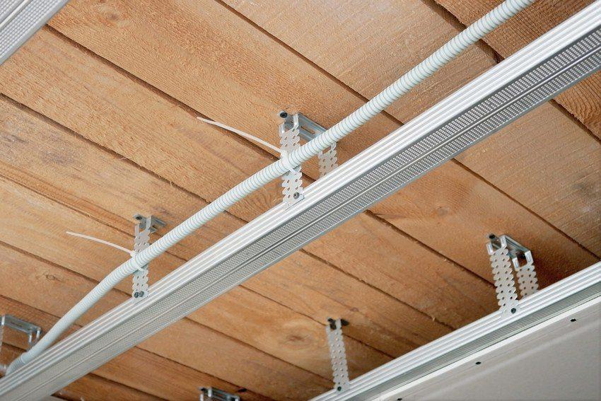 Șinele din lemn sau profilele metalice pot fi utilizate ca materiale pentru construcția de cutii