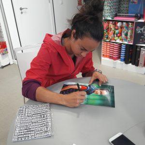 Sara Pujals signant foto per a tot l'equip de Remsa